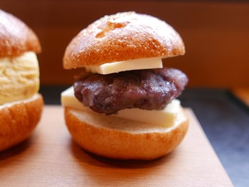 あんバターサンド ころんと丸い形が特徴です。あんの上下にバターが挟んであり、ちょうどいい塩加減。小ぶりなサイズなので、ぺろりと食べられちゃいますよ。