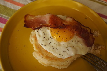 ベーコンエッグクランペットもポピュラーな楽しみ方。ぐっと朝食らしさがアップします。あとは、サラダとコーヒーなどあれば十分ですね。