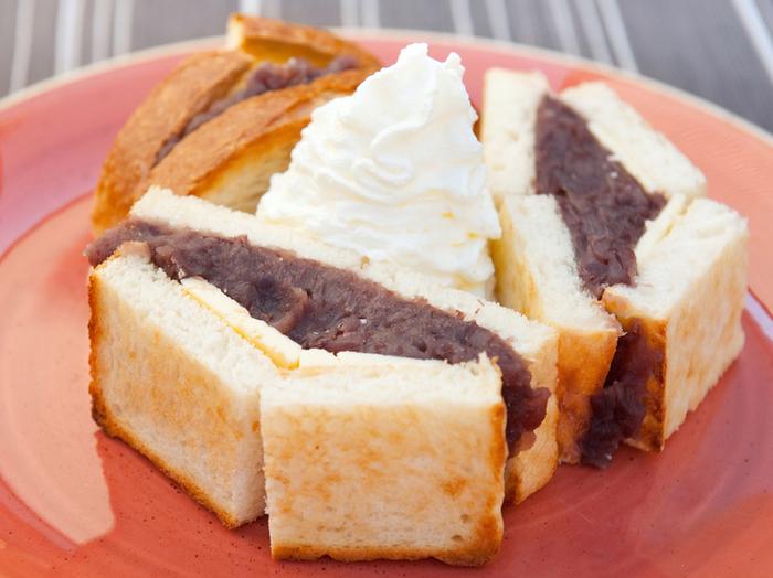 小倉と有塩バターのトーストサンド トーストの中にぎっしりとあんことバターがサンドされています。有塩バターなので塩気がしっかりと感じられ、あんこの甘さとちょうどいいバランスになっています。