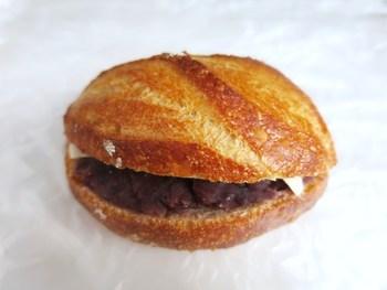 あんバターフランス 国産小麦と天然酵母で作られた丸いフランスパンに、北海道産の小豆と有塩バターをサンド。さくっと歯ごたえのあるパンと、甘さ控えめで上品なあんバターが美味しいんです。