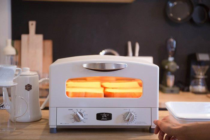 【アラジン グリルトースター】 レトロなルックスにほっこりさせられるアラジンのトースター。トースターでありながら、グリル料理やオーブン料理も作れるパワフル家電。こんなにかわいいなら、インテリアの一部になりそうだし、家族みんなが使いやすいように、キッチンカウンターに並べておいてもいいですね。