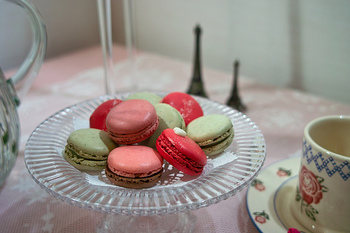 カラフルで丸くて可愛いマカロンは、女性に大人気ですね。フランスの代表的なお菓子ですが、発祥についてはイタリアで生まれたという説や、フランスの修道院で初めて作られたという説も。卵白、砂糖、アーモンドを使った生地を焼き、クリームやガナッシュ、ジャムなどを挟むのが、パリ風マカロン。