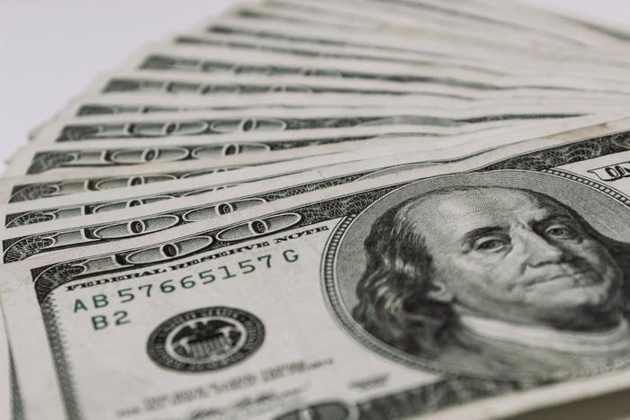 平成28年度の総務省による家計調査年報によると60歳以上の単身無職世帯の毎月の消費支出は143,959円です。実収入が120,093円ですので、ざっと数えただけでも2万4000円くらいの不足分があることになります。90歳までその生きると仮定すると、総額で5182万円ほどかかります。最低でもこれくらいのお金が必要になるという仮定ですが、定年も65歳に引き上げられた現在では、仕事を続けたり貯蓄や持ち家があるならば経済状況はかなり違ってきます。将来に備えるお金はやはり大事です。ただし、現在はゼロ金利時代で銀行に預けるお金だけではなかなかお金が増えません。株価も非常に好調なので、100円から積立られる投資信託を買ったり積立外貨預金をするなどしてお金を増やす工夫をしましょう。それらを通じて社会や経済に関心を向けることができますよ。