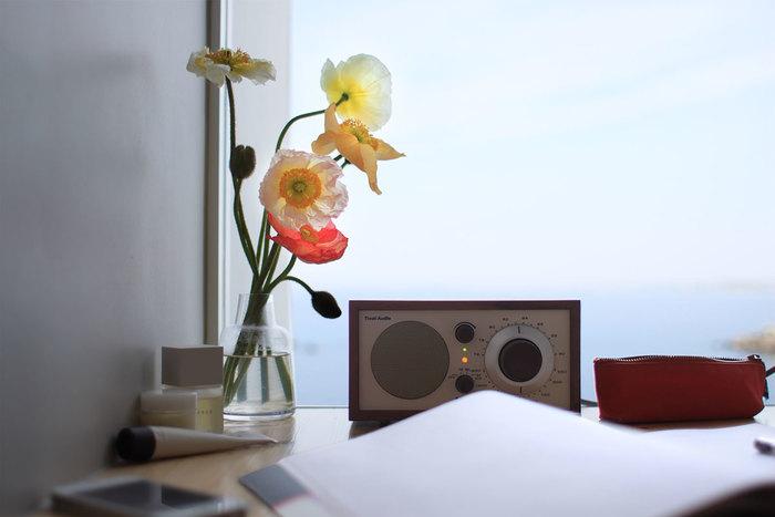 【チボリ オーディオ/Model One Bluetooth】 オーディオを選ぶときに何より大事にしたいのは音質の良さ。チボリのオーディオはまずこの基本的な部分をしっかり満足させながら、使い勝手よく、ごくシンプルな機能性と見た目の良さもバランスが取れているのがすばらしい。元はラジオを聴くためのオーディオでもあるけれど、Bluetooth対応なので、スマートフォンに入っている音楽を流すこともできます。小さいので、置く場所にも困らないし、木製キャビネットに包まれた姿は何とも穏やかな佇まい。日常の一コマを心豊かな気分にさせてくれる秀逸なオーディオです。