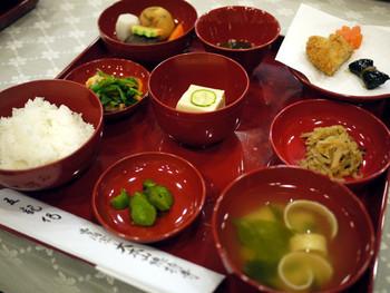 曹洞宗の大本山「總持寺」では、写経会の後に精進料理をいただく会が催されています。心を鎮めて祈りの時間を過ごした後のお料理は心をリラックスさせてくれそう。 参加の際は要予約です。