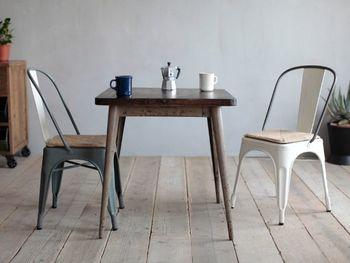 """『カフェテーブル』とは、""""喫茶""""や""""軽食""""用に使うための2人掛け程度の大きさが中心で、ダイニングテーブルよりもやや小さめのテーブルのことを総称します。丸い天板のものもあれば、四角い天板もあり、脚の部分が1本だけのものもよく見られていますが、その種類の豊富さから生活に合ったデザインを選べるところも魅力のひとつです。"""
