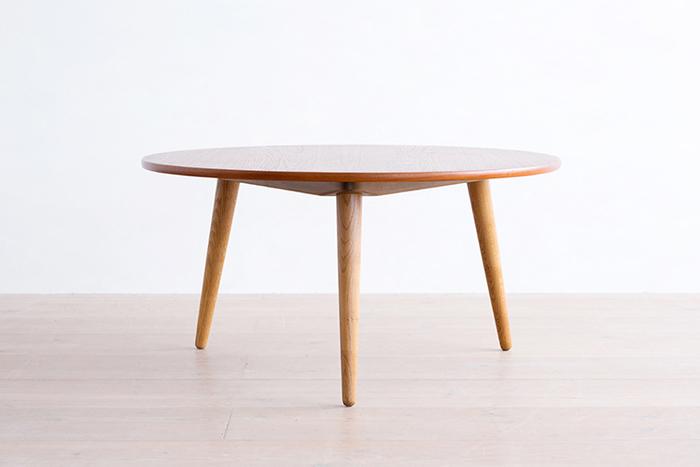 お部屋にコンパクトに置きたいならやっぱりおすすめなのは小さめのカフェテーブル。こちらは20世紀を代表するデザイナーHans J Wegner(ハンスJ.ウェグナー)のコーヒーテーブル。シンプルで飽きない美しいフォルムが魅力的。ずっと使い続けたくなる名作です。木の質感がやさしく、どんなインテリアの風景にもしっくりと馴染んでくれます。