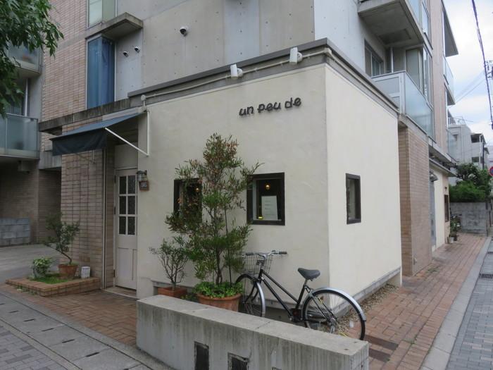 JR甲南山手駅から徒歩2分。住宅地にあるおしゃれなパン屋さんのアンプードゥ。ハード系もソフト系も、種類豊富なパンを購入できます。
