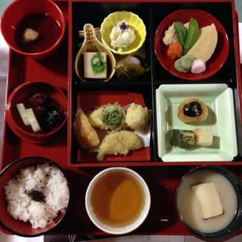 臨済宗妙心寺派の総本山である妙心寺の退蔵院にていただける精進料理。回遊式庭園余香苑の美しい景色を楽しめる季節限定特別拝観の際にいいただけます。調理は名店「阿じろ」によるもので、京都の特別な思い出になるお食事と言えるでしょう。