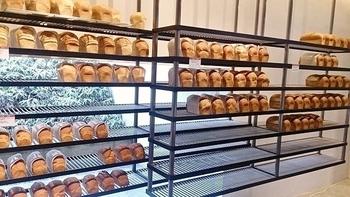 広い店内には、いろいろなパンがずらりと並んでいます。こちらのコーナーには食パンがずらり。美術館のような洗練された雰囲気の店内です。
