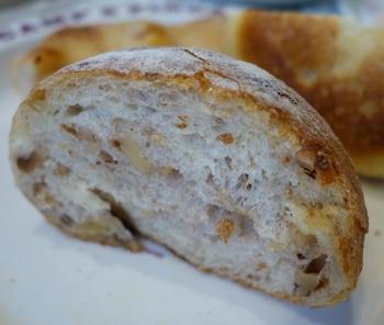 くるみがたくさん入ったくるみのパン。もっちりふんわりの生地は、じっくり噛んでいたい美味しさです。