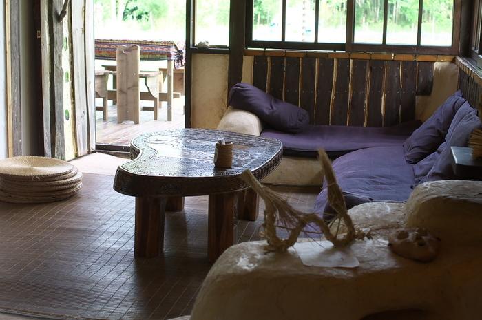 いっぱいの緑に囲まれたカフェは、店内も木の温もりが心地よく、時間を忘れてのんびりできそう。
