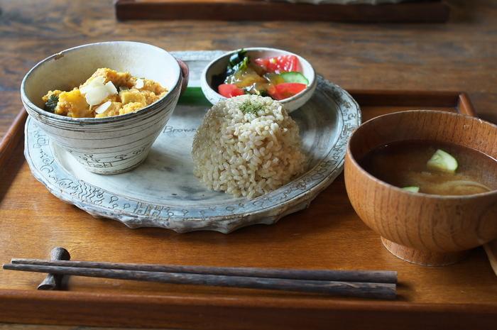 「羽釜で炊きたてごはんを食べられる、玄米菜食カフェ」というライステラスカフェのコンセプト通りに、ごはんはできる限り自分達で作ったお米や、無農薬や地元で採れた旬のお野菜などが使われているマクロビオティック。安心でおいしい食事と素敵な景色とおだやかな空間に、山の中のアクセスが不便なカフェながら、何度も通う人が多いのもわかる気がします。