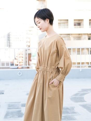 まず今シーズン是非取り入れてほしいのがギャザーたっぷりのパフスリーブ。大人の女性らしさを引き立たせてくれる上品なデザインのワンピースで、凛としたシンプル&ナチュラルな着こなしを。
