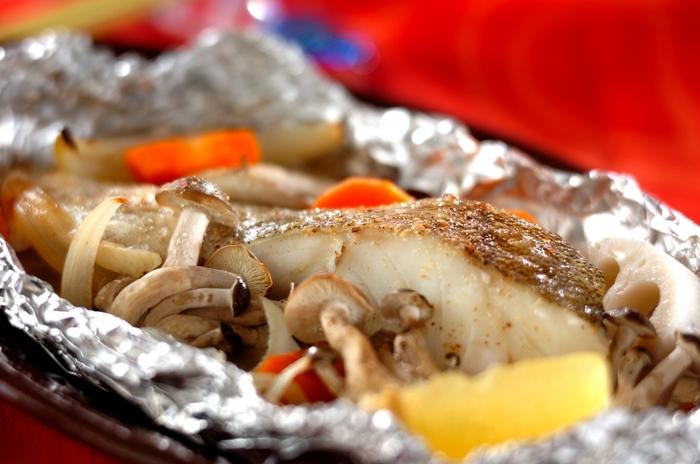 味付けをシンプルにして、素材の味を楽しむ食べかた。味付けは塩コショウとバターのみです。塩をしたタラと野菜を油を塗ったホイルにのせ、最後にバターをのせます。そして塩コショウを振ったら包んでオーブン(グリルでもOK)へ。様子をみながら15分と少しくらい加熱し、お皿にホイルごとのせてレモンを添えます。それだけでも十分ですが、お好みでお醤油をどうぞ。