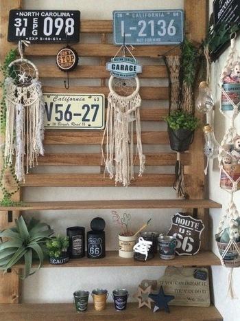 すのこを利用すればルーバーとして壁面装飾に使えます。ちょっと小物を引っ掛けておきたい時や、コレクションを壁にかけて飾りたい時などにも便利で、スッキリ飾って見せる収納として活躍してくれます。