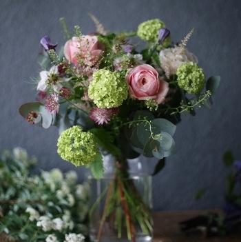 花器がなくても、グラスやびんなどなんでもいいのです。むしろ、それがお花に似合って生き生きと見えるかもしれません。大切なのは、自由な発想♪お花と対話しながら始めてみましょ。