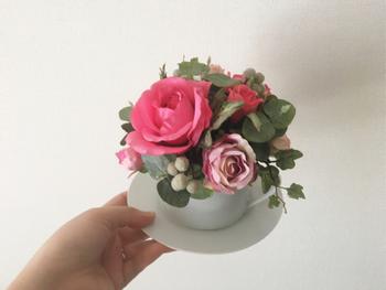 ティーカップに花を生けるなんて、素敵な発想ですね♪小さなテーブルにこんなお花があって、朝の光が差し込んでいたら、それだけで気持ちのいい1日になりそうです♪