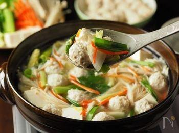 鶏ひき肉と鶏軟骨で作った鶏団子に、お野菜もたっぷり頂けるお鍋。まだ肌寒い日にはこんな暖かなメニューも喜ばれそう♪