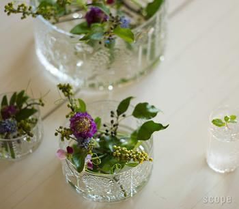 花器がなくてもグラスなどを使うのも素敵。季節の花を合わせたら、明るいテーブルに。