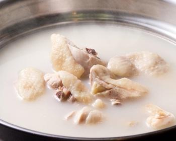 コラーゲンは肉のスジ、軟骨、魚の皮、豚のこま切れ肉、サケ、フカヒレ、手羽先、ウナギなどに多く含まれています。他にも様々な食材に含まれていますので、今回はそれらの食材を使った美肌レシピをご紹介していきます。
