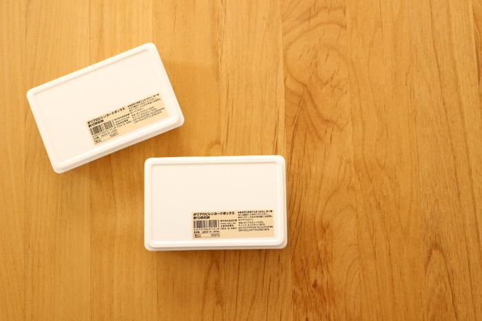 診察券やカード類の収納グッズで人気が高いのが、無印良品の「ポリプロピレンカードボックス」です。カード類にジャストサイズの大きさで、収納力も抜群。ケースひとつに約10枚のカードを収納することが出来ます。