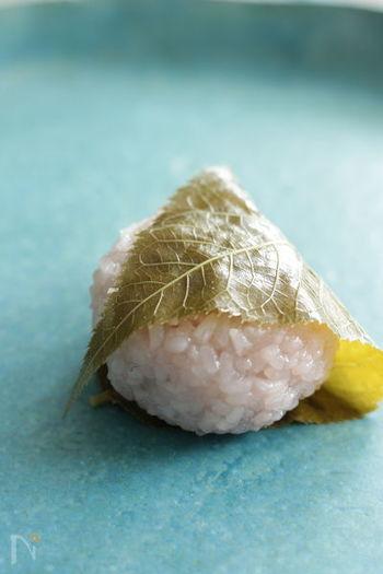 可愛らしい外見と桜の香りが、お土産やお持たせにもぴったりな桜餅。こちらは、加熱の工程をすべて電子レンジで行うらくちんレシピ。できあがったものは冷凍保存できます。