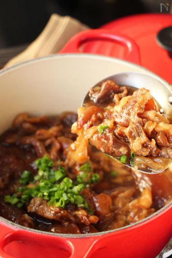 牛肉が食べたいときは、牛筋を使ったレシピがコラーゲン豊富でおススメです。時間がかかりますが、玉ねぎと一緒に煮込んでいくだけで簡単な煮込み料理です。肉好きな彼氏さんや旦那さんもきっと大喜び♪