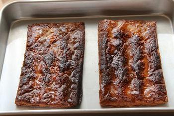 まずは冷凍パイシートに天板などで重しをし、190℃に予熱したオーブンで約20分焼きます。次に、重しを外し上から砂糖をふりかけ、230℃に予熱したオーブンにいれて砂糖を溶かします。