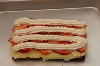 砂糖が溶けたら、カスタード、いちご、生クリームの順にのせ、上に砂糖掛けの部分がくるようにパイシートではさみます。