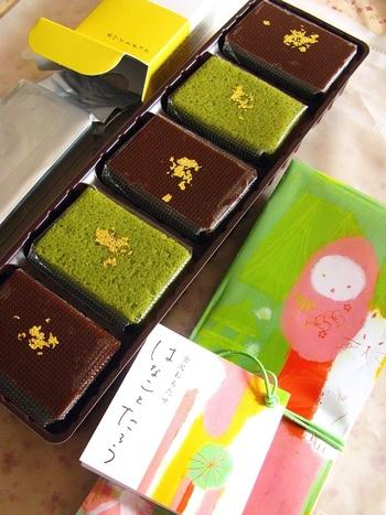 歴史ある和菓子店が多い金沢の中、2005年創業という比較的新しい和菓子処が「茶菓工房たろう」。美味しさはもちろん、スタイリッシュな和スイーツ、そしてお洒落なパッケージで注目を集めています。ちなみに、店員さんもこのパッケージとお揃いのスタッフTシャツを着ていますよ。 こちらの「はなことたろう」は抹茶カステラと、アーモンドの入ったチョコレートようかんを重ねた、和スイーツケーキ。