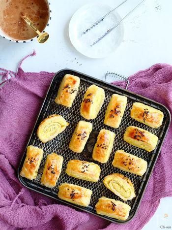 くるくると巻いて作るスイートポテトパイ。冷凍パイシート2枚で16個もできちゃいます♪  【材料】 冷凍パイシート 2枚 さつま芋 250g 牛乳(豆乳) 75g 砂糖 25g 塩 ひとつまみ 卵黄 1個 黒胡麻 適量
