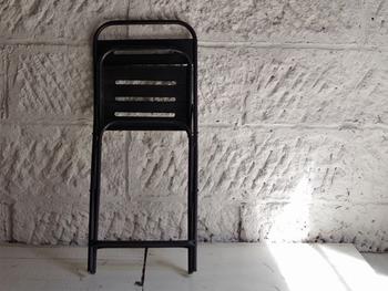 れど、リビングの面積が小さいと、最低限の家具を置くだけでいっぱいいっぱいになることもありますよね。 その場合は、ローテーブルを使わないときにしまえるような折りたたみ式のものに替えたり、椅子も使わないときは部屋の端に寄せられるようなスツールにすれば、収納場所の確保もできるし、床のスペースを作りやすいですよ。