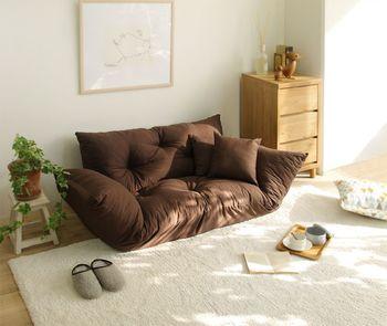 ソファーや収納棚を窓のそばに配置することで、光が遮られることなく部屋に届きますね。 座っていると明るくて暖かな気持ちになりそうです。
