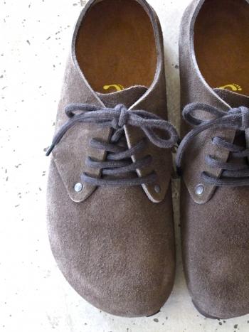秋冬にいっぱい履いたスエード靴、色褪せていませんか?保管する前にベロアヌバックスプレーを使って栄養を与えましょう。20~30cm離してスプレーをかけてからブラッシングしたら終了。