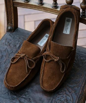 スエード靴はお手入れが大変!と思われがち。確かにスエードは汚れやすく雨にも弱いという性質を持っています。でも、普段のお手入れは意外と簡単なんです。基本的なお手入れをきちんとすることでスエード靴を長く愛用できますよ!