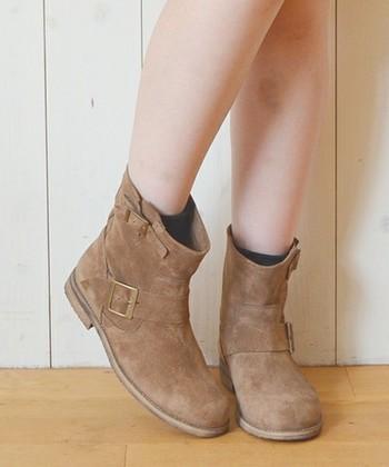 お気に入りのスエード靴は長く大切に履きたいもの。でも、スエード靴を長く履くにはお手入れだけでは上手くいきません。そこでスエード靴を長く履くためのコツをご紹介します。お手入れに加えて実践してみてくださいね。