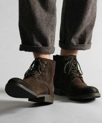 きちんとお手入れをしていてもやっぱり汚れてしまうもの。でも、大丈夫!そんなときはスエード用のアイテムを使って、汚れを落としましょう。スエード靴が汚れたときのお手入れをご紹介します。