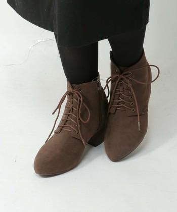 スエード靴のお手入れは意外と簡単ですよね。 面倒かもしれませんが、履いたらブラッシングを続けるのが大切。 お手入れをしてお気に入りのスエード靴を大切に履き続けてくださいね♪