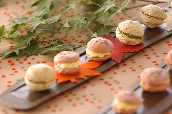 ごま、紫芋パウダー、和三盆、抹茶などを使った、和風味のマカロン。サクサクしながらも粘り気を感じる楽しい食感。レンジで作る簡単クリームを挟んでいます。