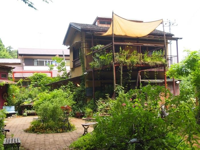 東武鉄道野田線の運河駅から約8分ほどの距離にある「カフェ オニワ 」。『楽しいお庭づくり』をコンセプトとする「イノセントガーデン株式会社」がプロデュースしたこちらのカフェは古民家をリノベーションして2015年7月にオープンしました。