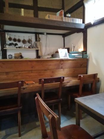 築約100年の老舗呉服店の納屋を改装したカフェは、和の情緒にあふれ、時間が経つのを忘れてしまいそう。