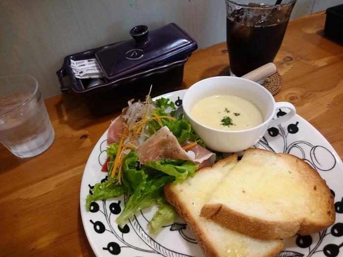 新鮮な野菜やハーブ、食材にこだわったオリジナルメニューや、サラダ、スープ、ドリンク付きのトーストのモーニングやランチ、予約制のディナーコースなど、時間をかえて何度も訪れたくなります。