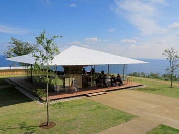 園内には、英国カントリーライフがテーマの「ハーブハウス」や手作り体験が楽しめる「ハーブ工房」、錦ケ浦の絶景を一望する「レストラン ミッレフィオーレ」や絶景カフェ、ガーデニングショップが点在し、施設も充実しています。  【海と空が見渡せる開放感抜群の絶景カフェ「COEDA HOUSE(コエダハウス)」】