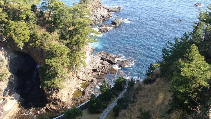 JR熱海駅からバスで約15分。紺碧の海に洞窟や奇岩の断崖が迫った美しい景観が広がる、名勝「錦ケ浦(にしきがうら)」。【画像は、錦ヶ浦の上に広がる錦崎庭園】