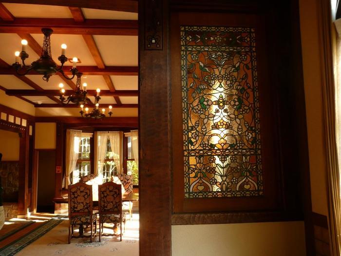 """市街地とは思えない閑静な佇まい、大正・昭和ロマンを感じさせる建築、格調高くエレガントなデザイン、優美で上品な装飾物、静謐な雰囲気、内部と庭園との繋がり等など、「起雲閣」には、一口では言い表せない多彩な魅力があります。 【1929年竣工の「洋館」""""金剛""""】"""