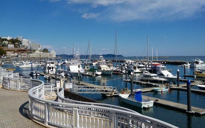 デッキは「ムーンテラス」から、南欧のコートダジュールの雰囲気を模した「スカイデッキ」、市と姉妹都市である北イタリア・サンレモ・リヴェラ海岸を彷彿とさせる「レインボーデッキ」、南イタリアのナポリ港をイメージした「渚デッキ」が連なります。  幅広いデッキ内には観光案内所や御手洗、ベンチも完備しているので、気の向くままに海岸沿いを散策出来ます。 【画像は、2月中旬の「スカイデッキ」】