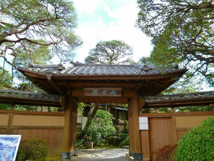 熱海三大別荘の一つとして知られる「起雲閣」は、熱海で心静かな静かな一時を過ごしたい方にお勧めのスポットです。【1919(大正8)年創建の「表門(薬医門)」】