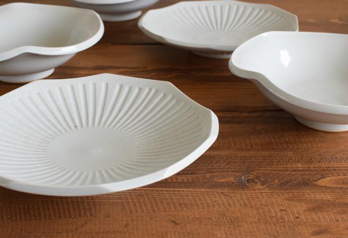 「白磁」は透明感のある優しい乳白色の美しさと上品な光沢、滑らかな手触りが特徴です。白磁には白一色のシンプルな器や、鮮やかに絵付を施した磁器など様々な器があり、それぞれの作品ごとに多彩な表情が生まれます。