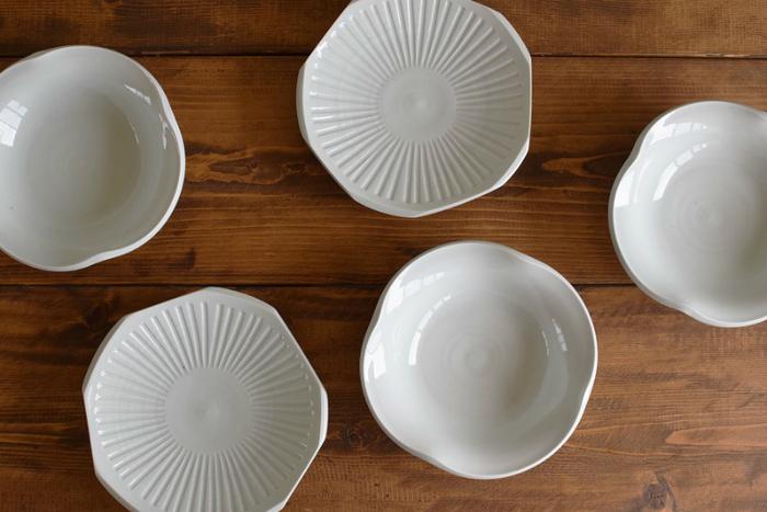 「白磁」とは白い素地に透明の釉(うわぐすり)をかけ、高温で焼成した磁器の総称です。白磁の歴史は6世紀頃の中国まで遡り、日本に伝来したのは江戸時代初期の頃だそうです。磁器の産地として名高い有田で初めて生産されました。